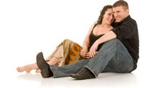 щастлива двойка мъж и жена след сексуално сношение усмихвайки се