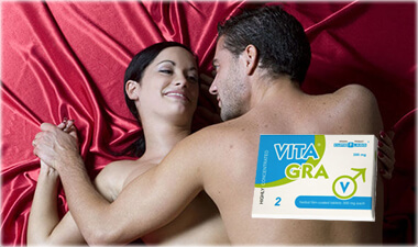 Двойка се люби върху червено легло, благодарение на хапчетата за мощна ерекция Вита Гра.