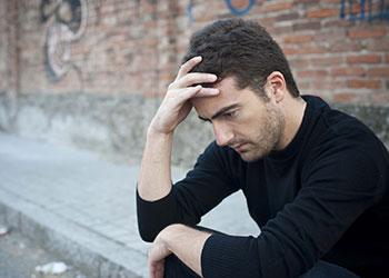 мъж в тревога, който се чуди защо не може да постигне ерекция дори и с хапчета